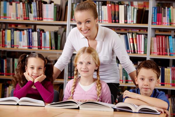 Tanár iskolás gyerekek portré iskolás néz kamera Stock fotó © pressmaster