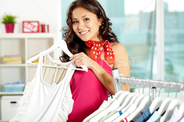 Kleding afdeling portret gelukkig vrouw naar Stockfoto © pressmaster