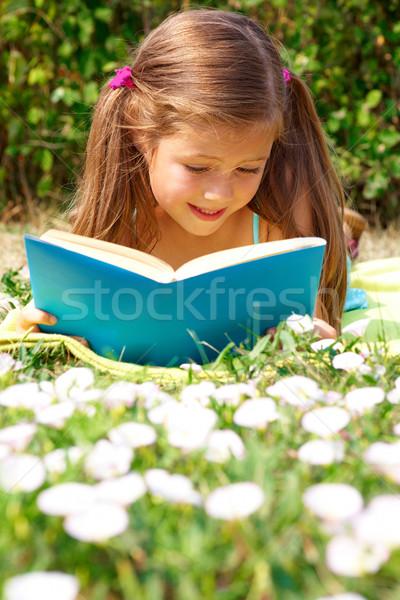 Foto d'archivio: Lettura · ragazza · ritratto · cute · studentessa · interessante