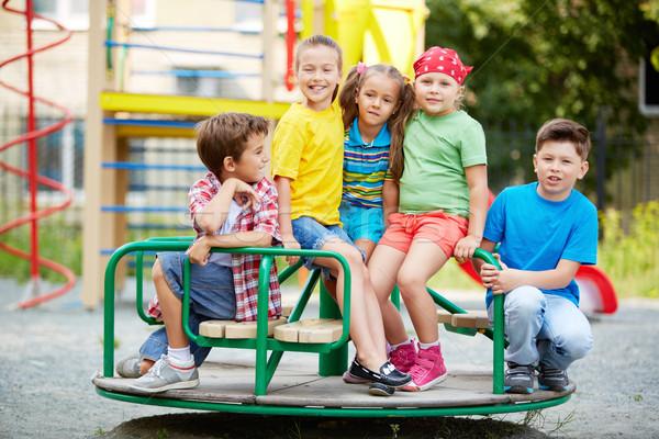 Vrienden carrousel afbeelding weinig vergadering speeltuin Stockfoto © pressmaster