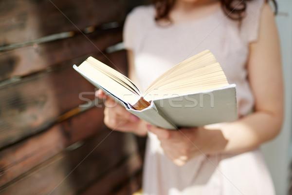 Interessante livro mulher leitura biblioteca Foto stock © pressmaster