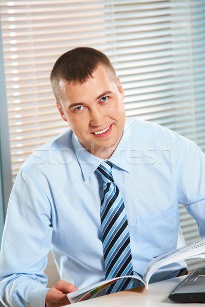 Inteligentny szef portret szczęśliwy biznesmen otwarta księga Zdjęcia stock © pressmaster