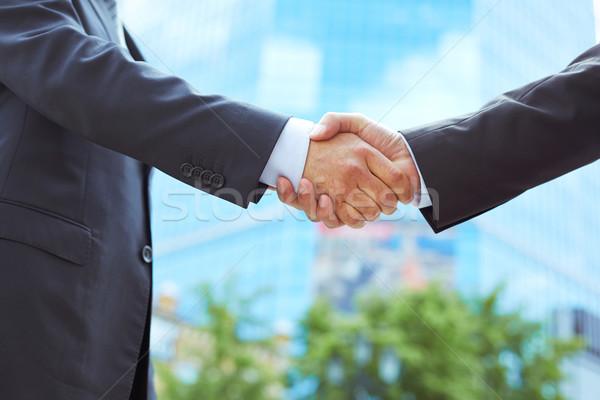Konklúzió üzlet munkatársak kézfogás kezdet együttműködés Stock fotó © pressmaster