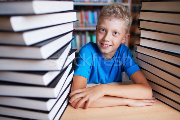 Könyvmoly portré boldog iskolás néz kamera Stock fotó © pressmaster