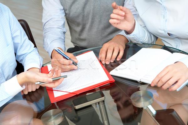 Trabalho em equipe imagem pessoas de negócios mãos trabalhando documentos Foto stock © pressmaster