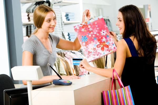 Pago tienda retrato tienda ayudante bolsa de la compra Foto stock © pressmaster