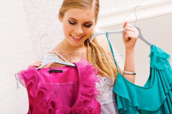 Kiválaszt ruházat kép csinos női néz Stock fotó © pressmaster