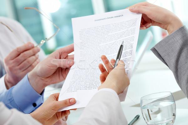 Toelichting afbeelding menselijke handen discussie papier Stockfoto © pressmaster