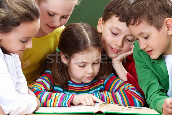 Foto stock: Leitura · crianças · retrato · amigável · grupo · livro