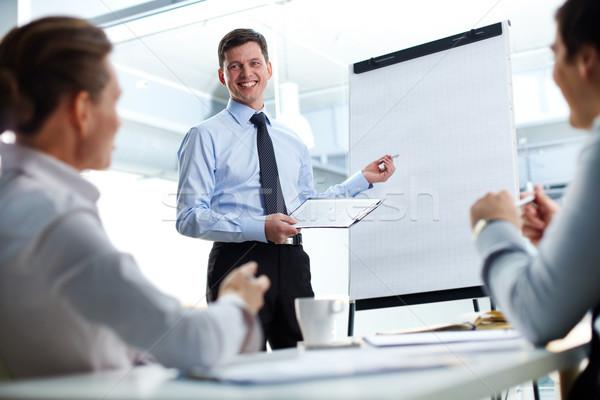 Business toelichting vrolijk zakenman bespreken nieuwe Stockfoto © pressmaster