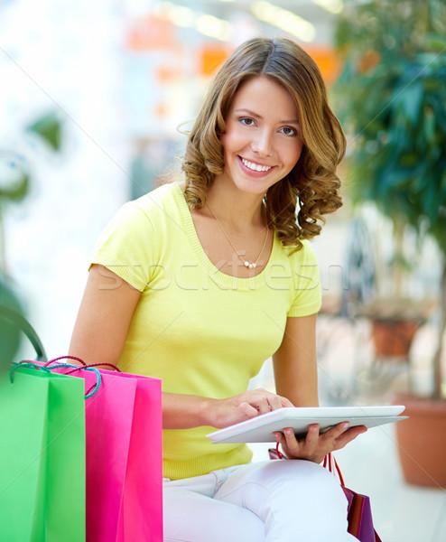 Touchpad zakupy pionowy portret młodych kobieta Zdjęcia stock © pressmaster