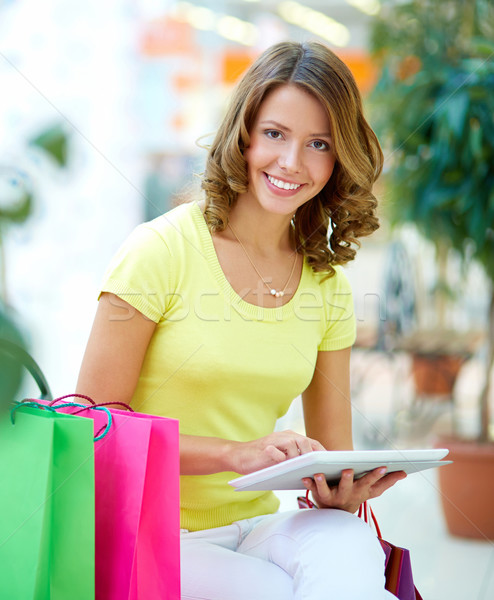 Touchpad alışveriş dikey portre genç kadın Stok fotoğraf © pressmaster