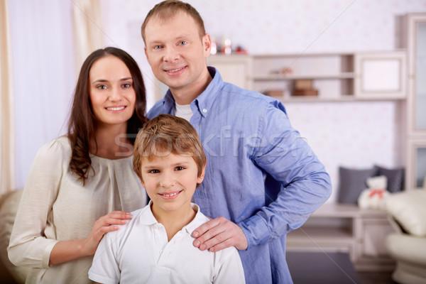 Сток-фото: мальчика · родителей · портрет · счастливым · парень · глядя