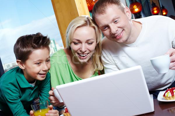 ストックフォト: 幸福 · 画像 · 幸せな家族 · 見える · ノートパソコン · 画面