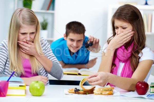 Walging twee meisjes naar spin een Stockfoto © pressmaster