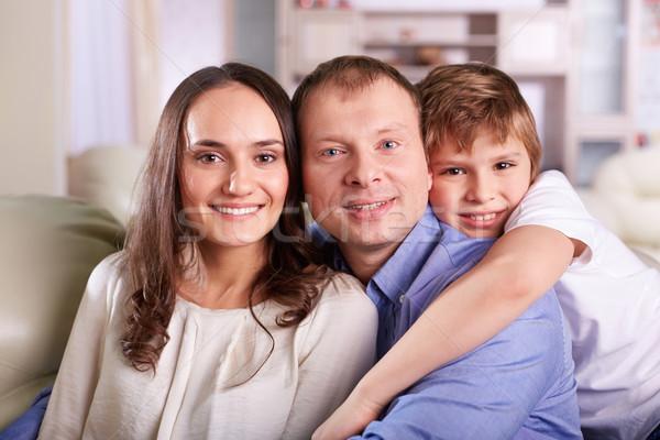 Genegenheid portret gelukkig gezin drie naar camera Stockfoto © pressmaster