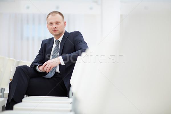 会議 深刻 ビジネスマン 座って ホール 見える ストックフォト © pressmaster