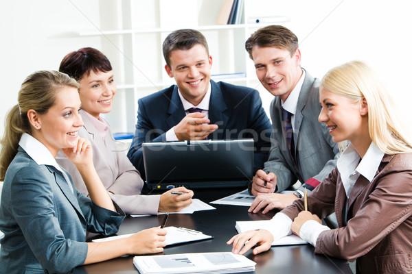 Stock fotó: Megbeszélés · fotó · üzleti · csoport · ül · munkahely · néz