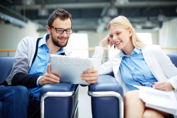 Touchpad kettő üzletemberek megbeszél irat projekt Stock fotó © pressmaster