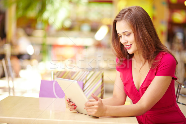 Touchpad adorable fille bon Shopping femme Photo stock © pressmaster