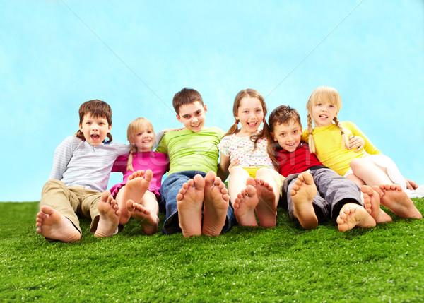 Foto stock: Relaxante · crianças · grupo · feliz · grama · juntos