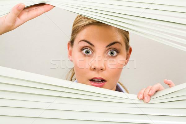 Verwonderd vrouwelijke portret vrouw naar camera Stockfoto © pressmaster