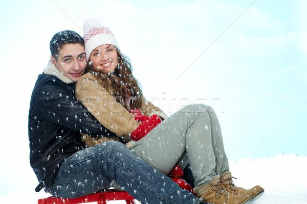 Para sanki portret szczęśliwy posiedzenia opadów śniegu Zdjęcia stock © pressmaster