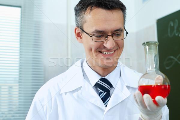 Boldog vegyész férfi tudós szemüveg tart Stock fotó © pressmaster