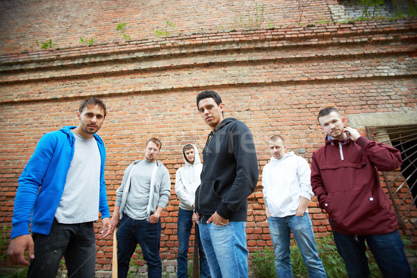 Agresivo chicos grupo calle pared de ladrillo fondo Foto stock © pressmaster