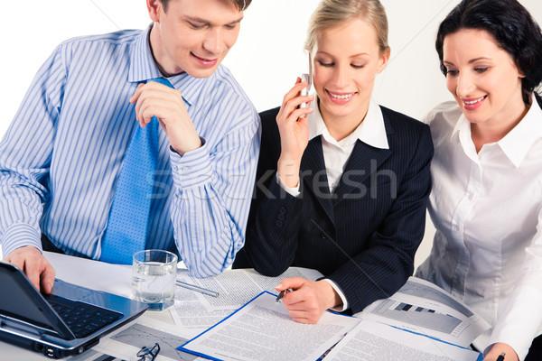 Travail d'équipe photo trois partenaires travail documents Photo stock © pressmaster