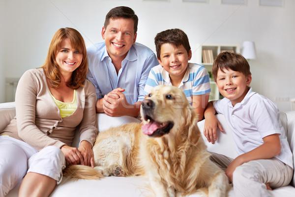 Dom rodzinny rodziny psa stwarzające sofa człowiek Zdjęcia stock © pressmaster