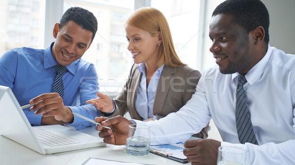 Pointant portable écran réunion affaires Photo stock © pressmaster