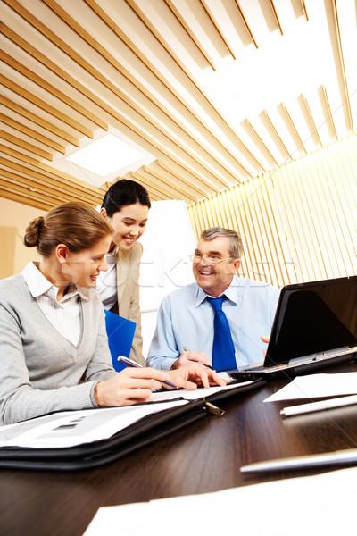 Teamwerk foto vriendelijk vergadering bureau Stockfoto © pressmaster