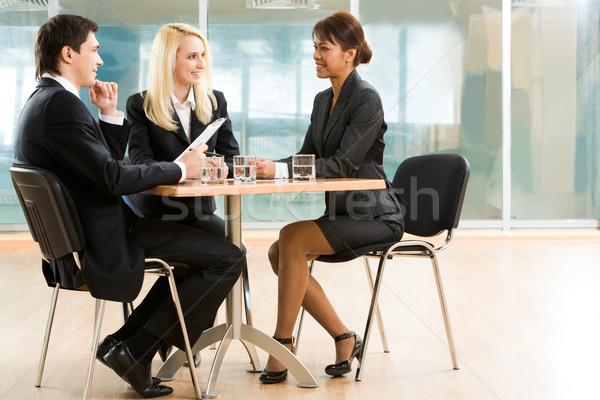 Reunião de negócios três parceiros de negócios discutir importante Foto stock © pressmaster