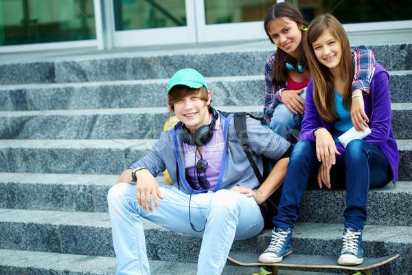 Jeugdig vrienden portret gelukkig tieners trap Stockfoto © pressmaster