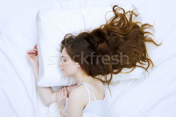 Foto bastante mulher adormecido branco cama Foto stock © pressmaster