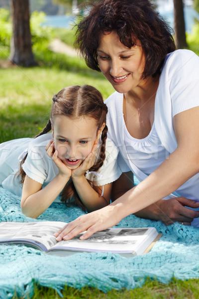 Interessante livro retrato mãe filha leitura Foto stock © pressmaster