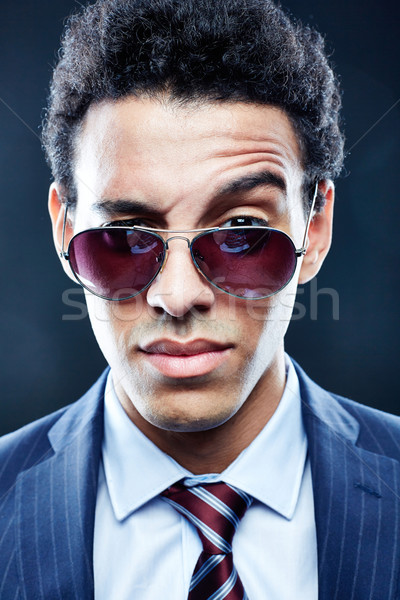 Porträt zweifelhaft Mann Sonnenbrillen schauen Kamera Stock foto © pressmaster