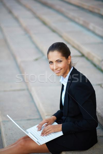 Utilizzando il computer portatile immagine giovani imprenditrice laptop networking Foto d'archivio © pressmaster