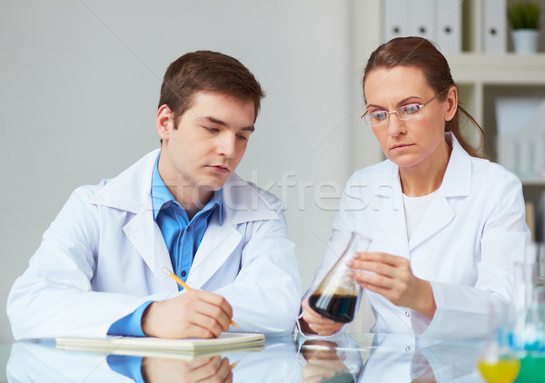 Laboratuvar iki bilim adamları bakıyor cam Stok fotoğraf © pressmaster