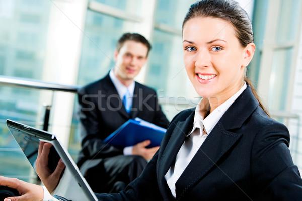 Stok fotoğraf: Iş · kadını · bakıyor · kamera · bilgisayar · çalışmak · mutlu