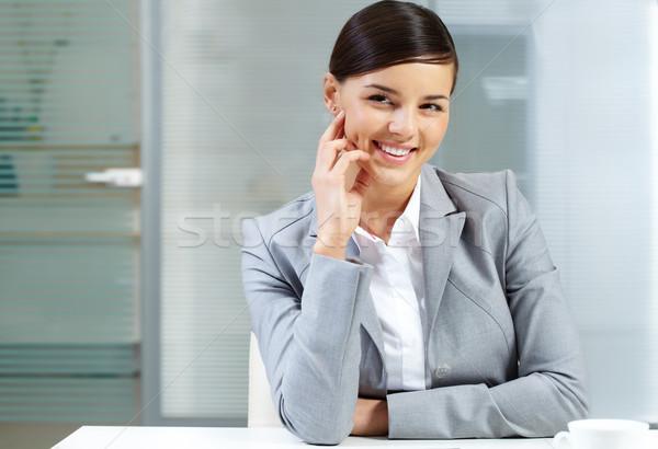Pracodawca obraz młodych tabeli działalności kobieta Zdjęcia stock © pressmaster
