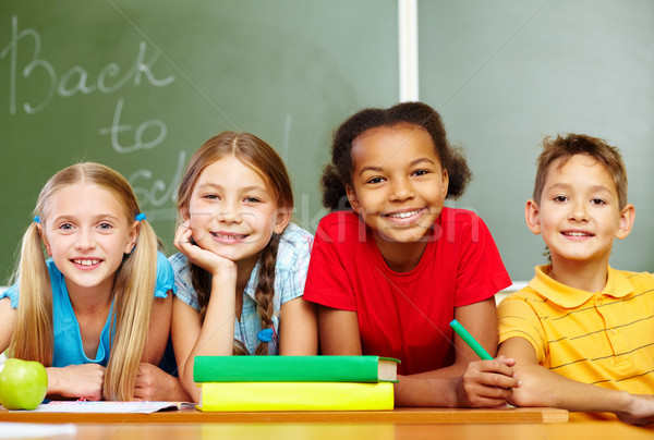 Csoport iskolás portré okos iskolás gyerekek néz Stock fotó © pressmaster