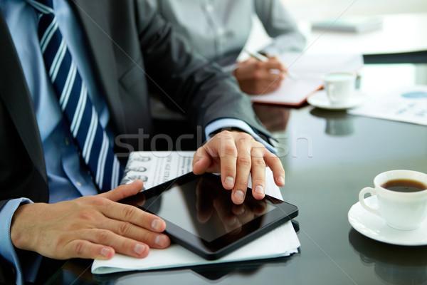 Stok fotoğraf: Işyeri · işadamı · gazete · fincan · kahve