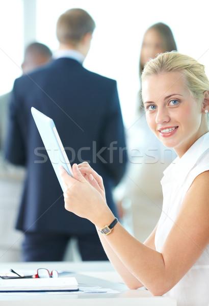 Nő touchpad portré csinos üzletasszony néz Stock fotó © pressmaster