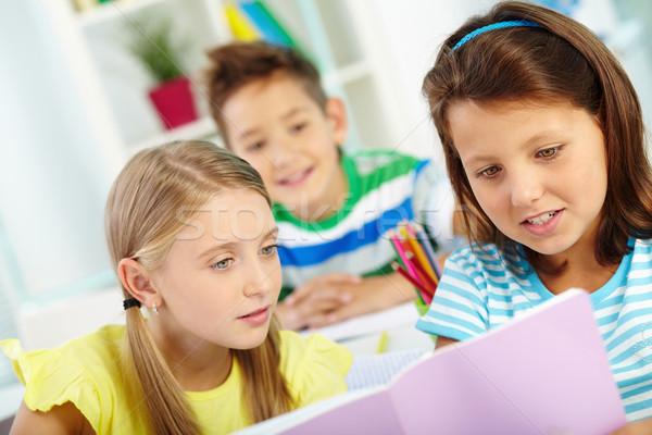 чтение вместе портрет школьницы школьный товарищ девушки Сток-фото © pressmaster
