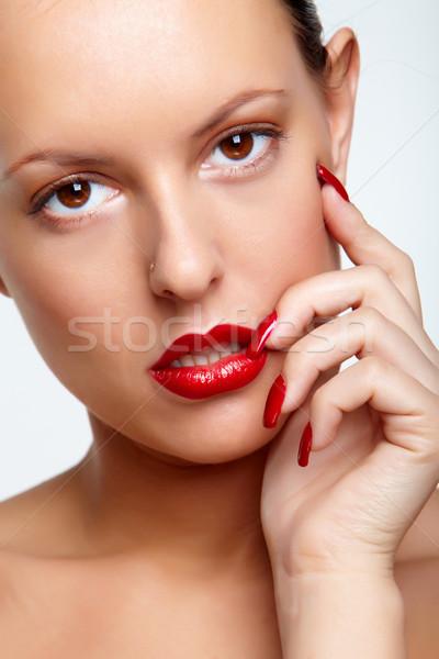Káprázatos modell nő piros ajkak körmök néz Stock fotó © pressmaster