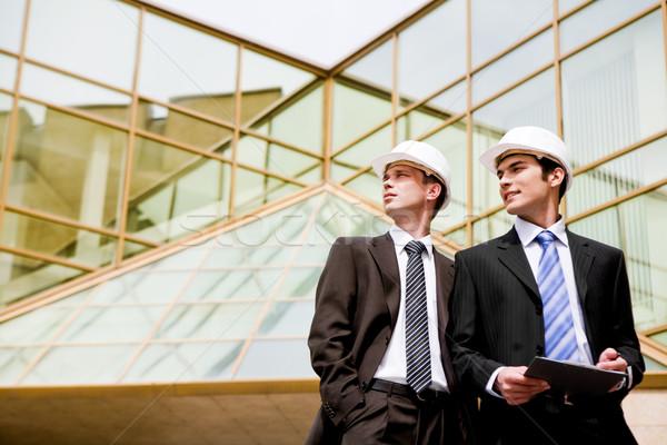 Fotoğraf genç mühendisler bakıyor modern bina iş Stok fotoğraf © pressmaster