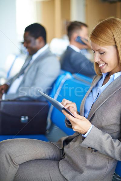 Stockfoto: Netwerken · luchthaven · vrouwelijke · werknemer · twee · mannen · vergadering