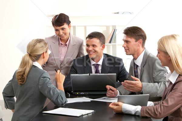 ストックフォト: 議論 · 画像 · 笑みを浮かべて · 人 · を見て · 女性